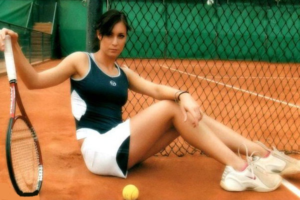 flaviya-kapella-golaya-tennisistka