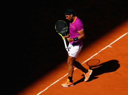 Рафаэль Надаль обыгрывает Новака Джоковичав полуфинальном матче Mutua Madrid Open