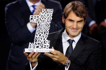 Роджер Федерер получил награду от организаторов турнира в Базеле